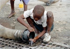 droit l 39 eau dans le monde situation du droit l 39 eau des enfants dans le monde humanium. Black Bedroom Furniture Sets. Home Design Ideas